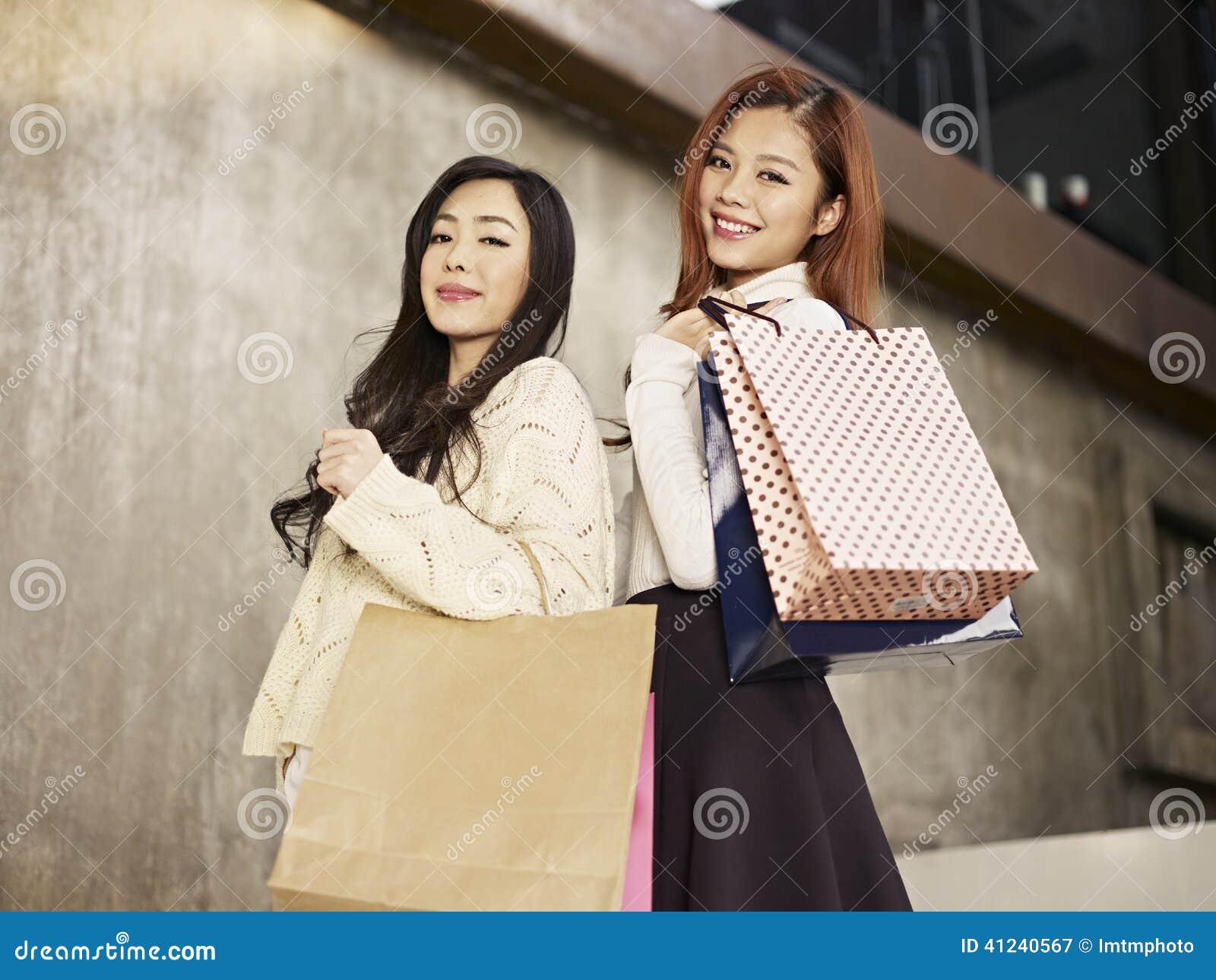 有购物袋的妇女在肩膀