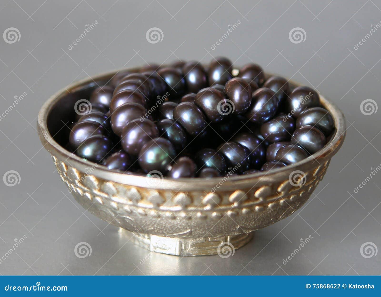 有黑珍珠的银色杯子