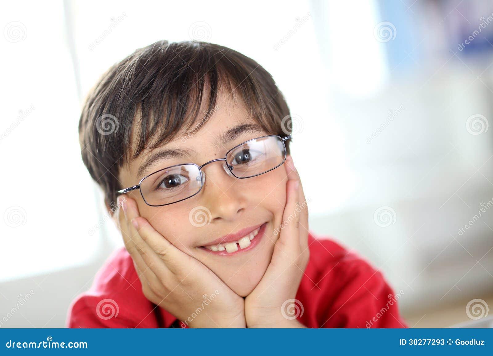 有玻璃和红色衬衣的年轻男孩