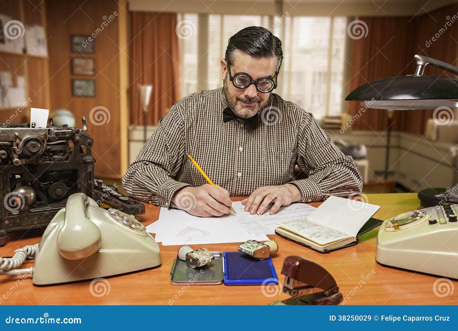 有玻璃工作的雇员在您的桌面上