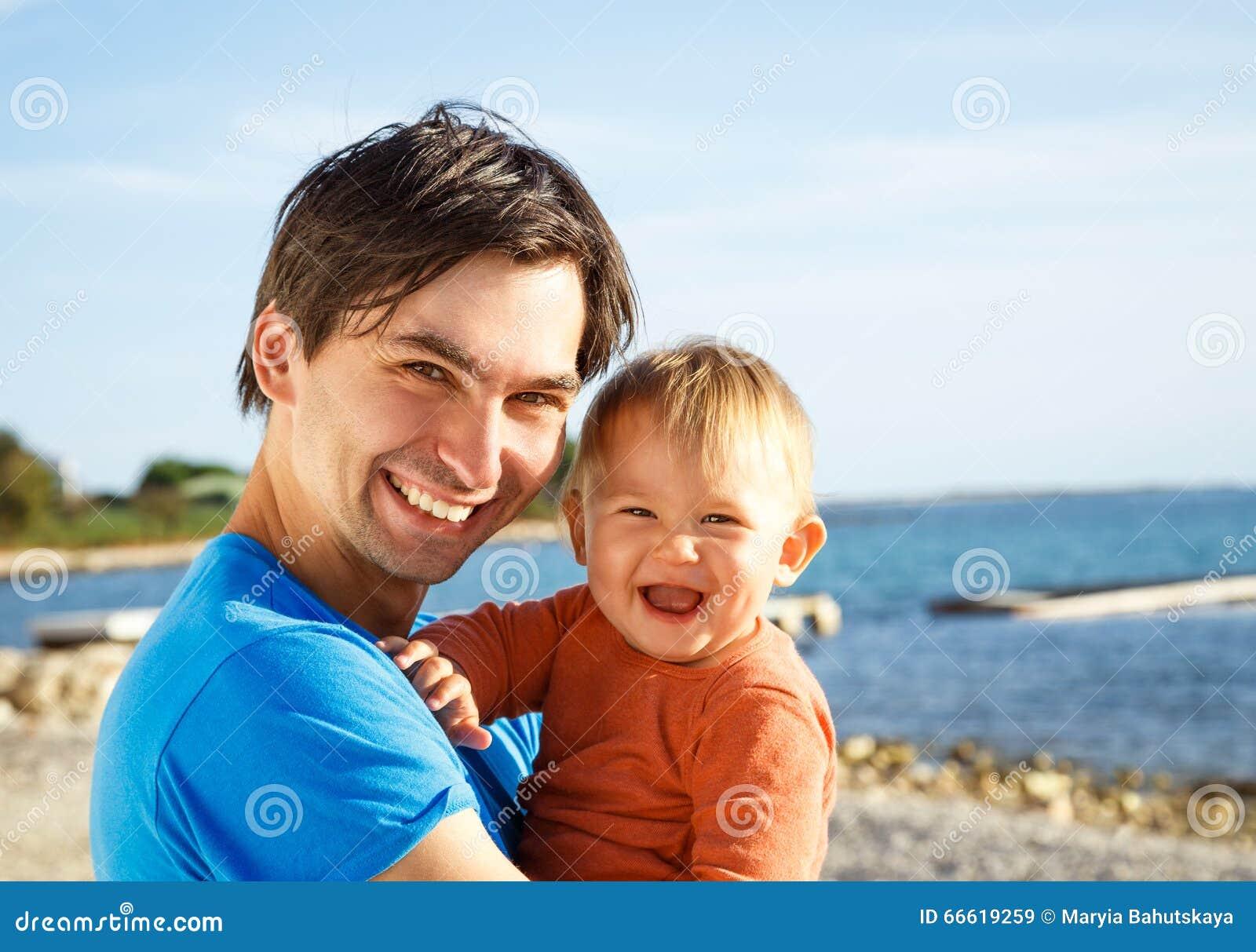 有他的小儿子的愉快的父亲海的