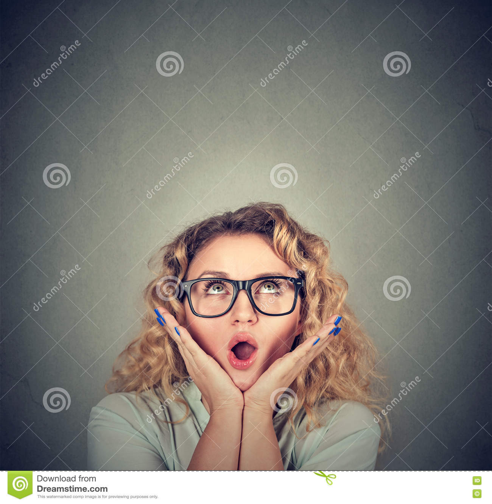 有嘴的惊奇的妇女张开了在查寻的头的手