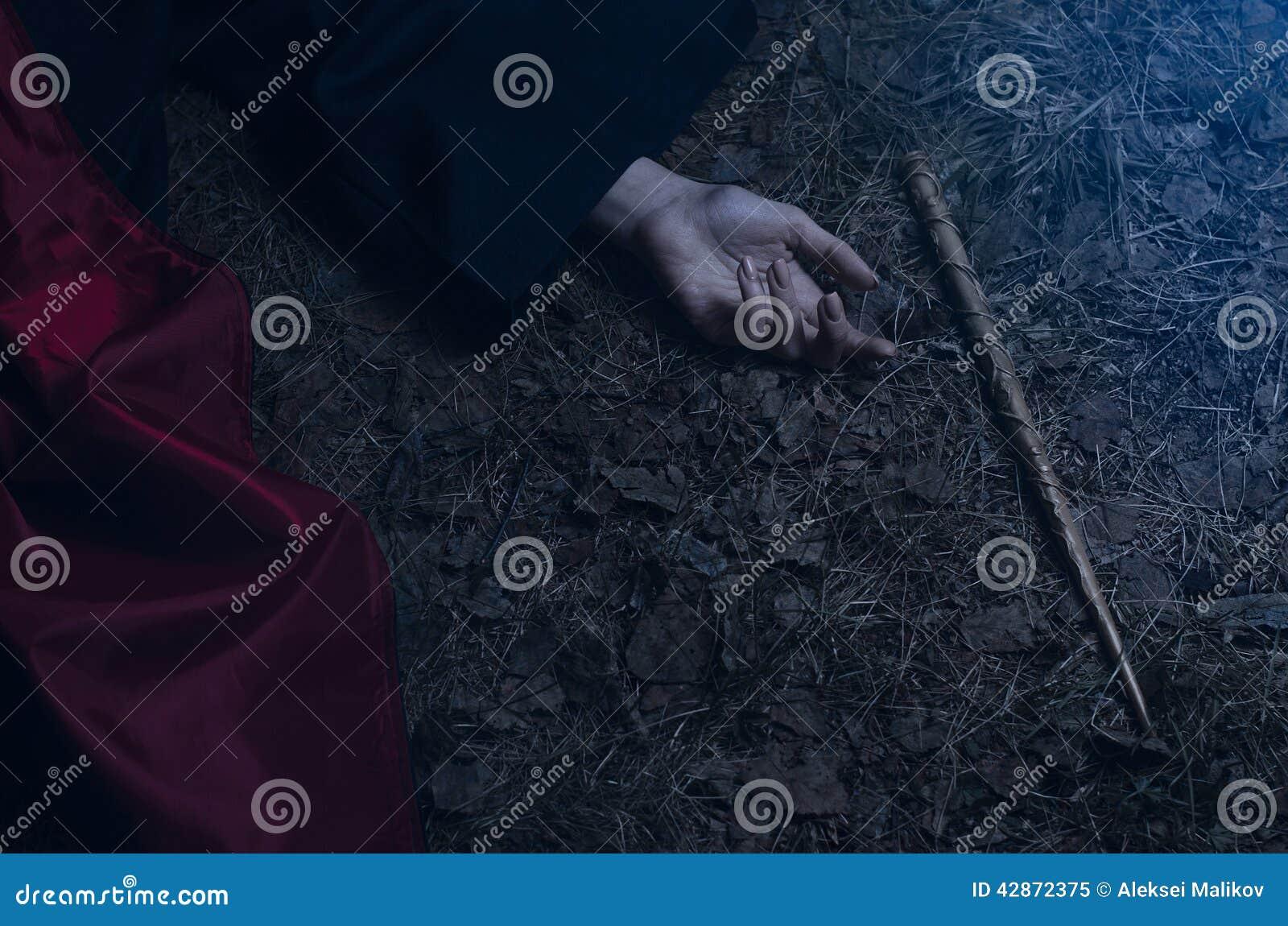 有说谎在地面上的一支不可思议的鞭子的女孩