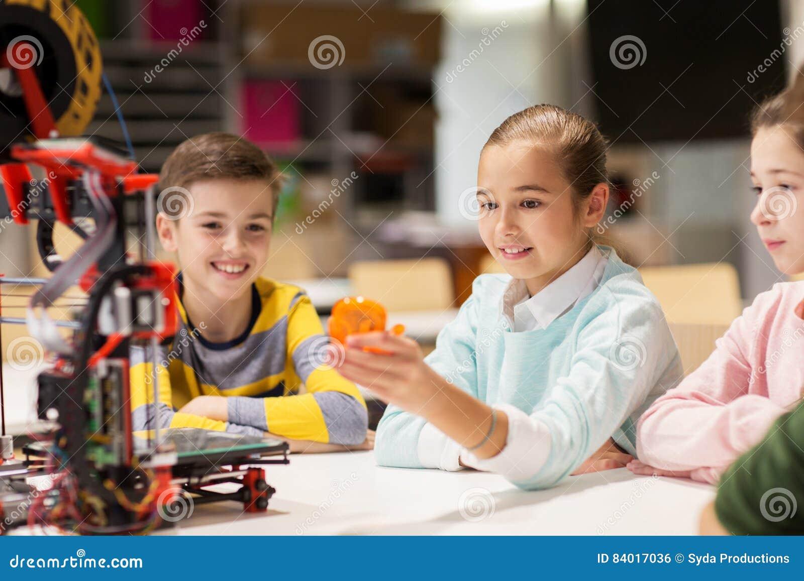 有3d打印机的愉快的孩子在机器人学学校