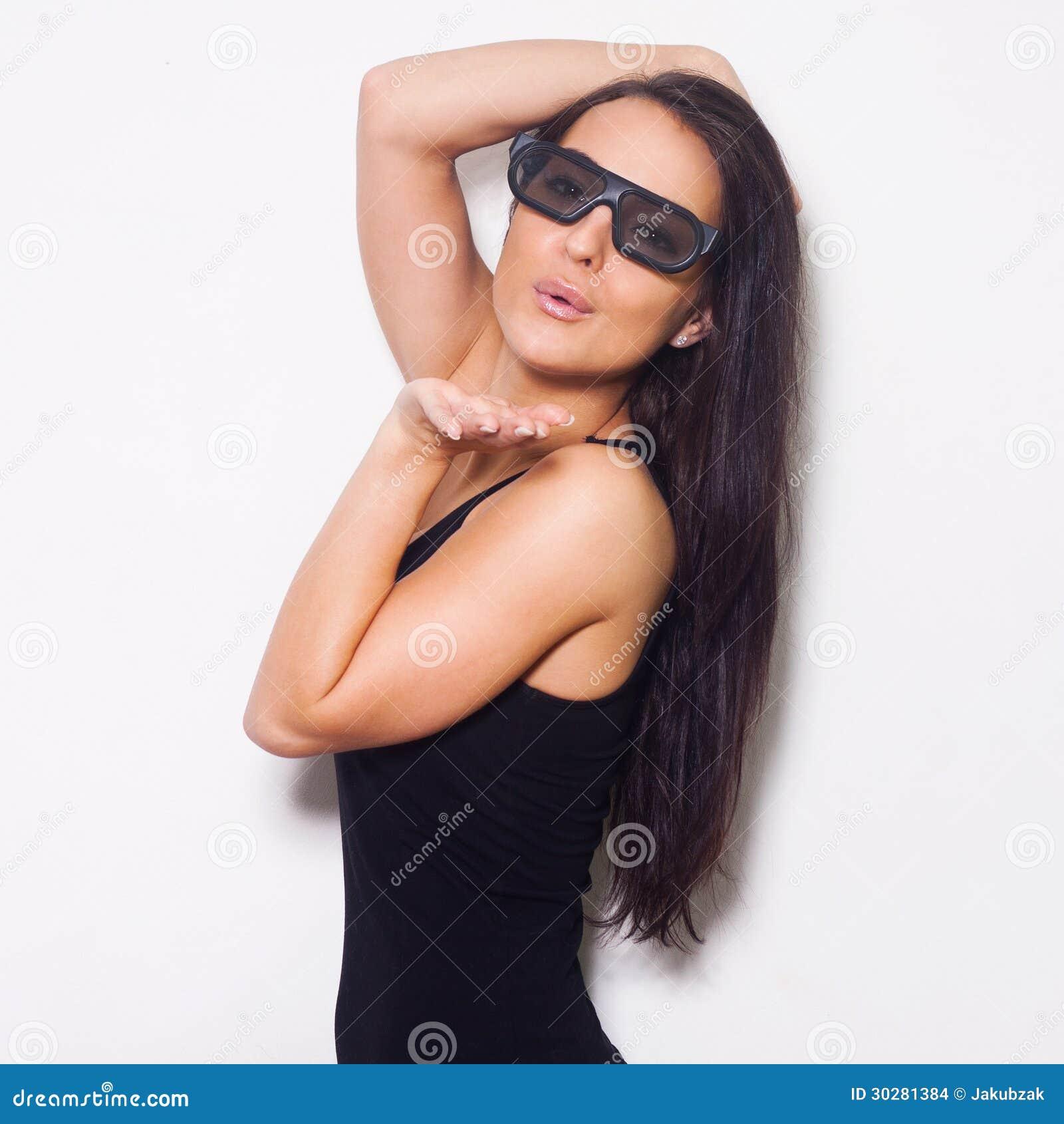 演播室射击了有3D glasess的美丽的妇女