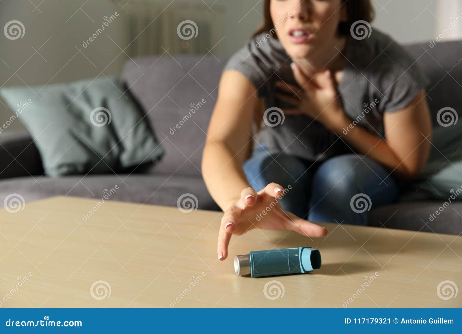 有Asmathic女孩传染性的吸入器哮喘病发作