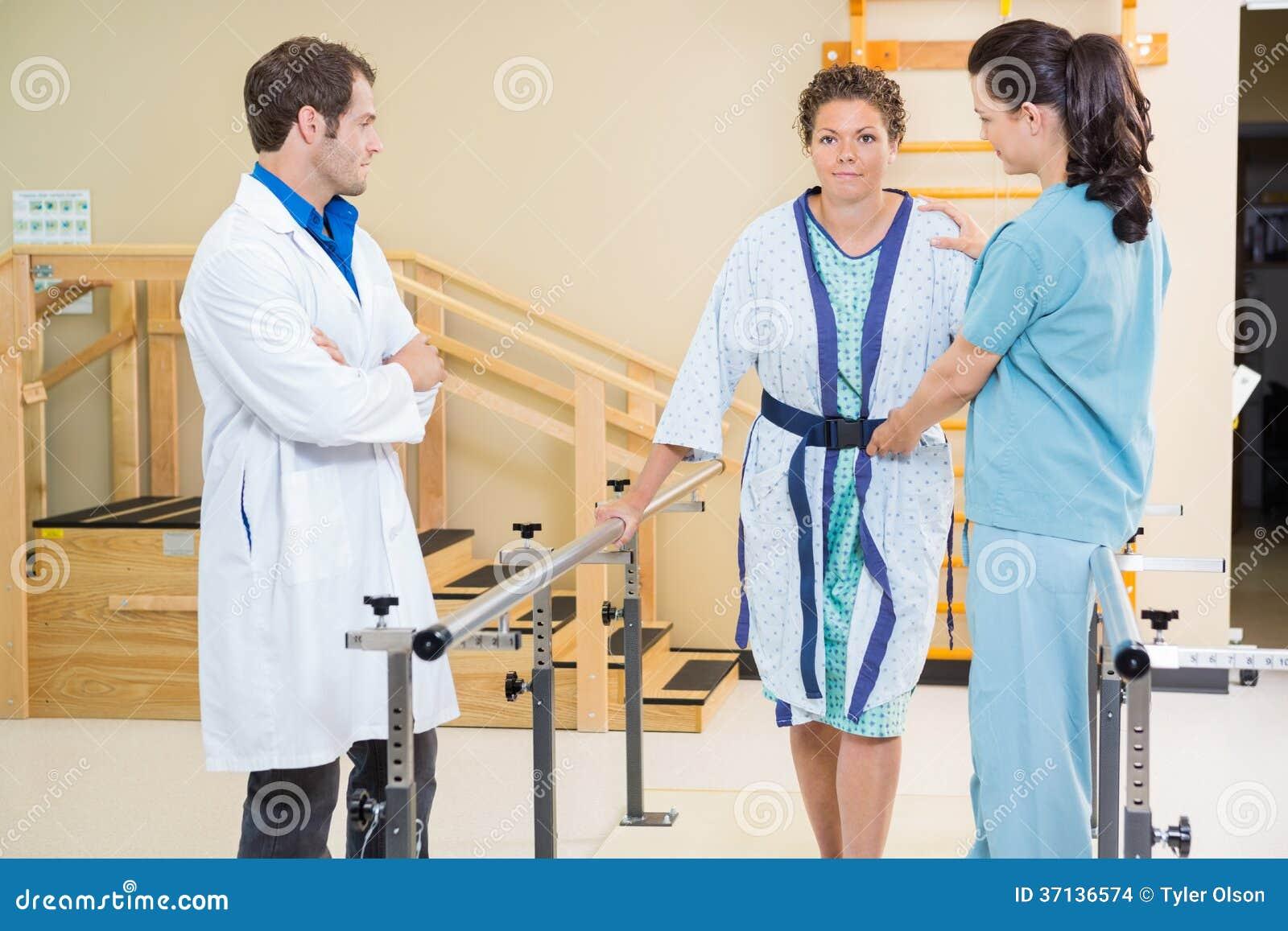 有Assisting Female医生的理疗师