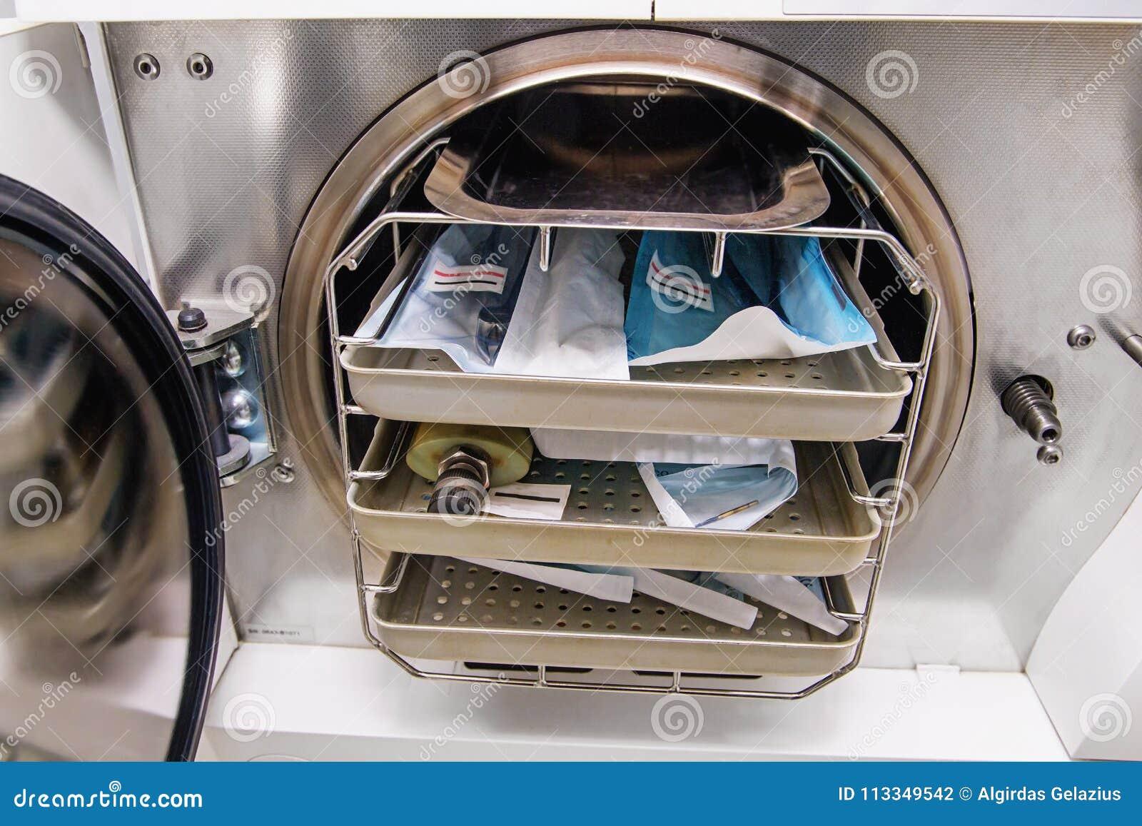 有dentist's工具的牙齿压热器在诊所