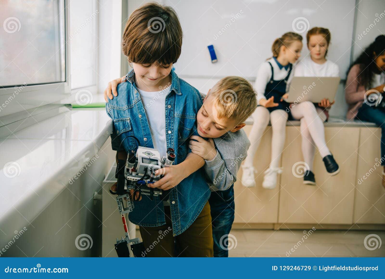 有diy机器人拥抱的小孩