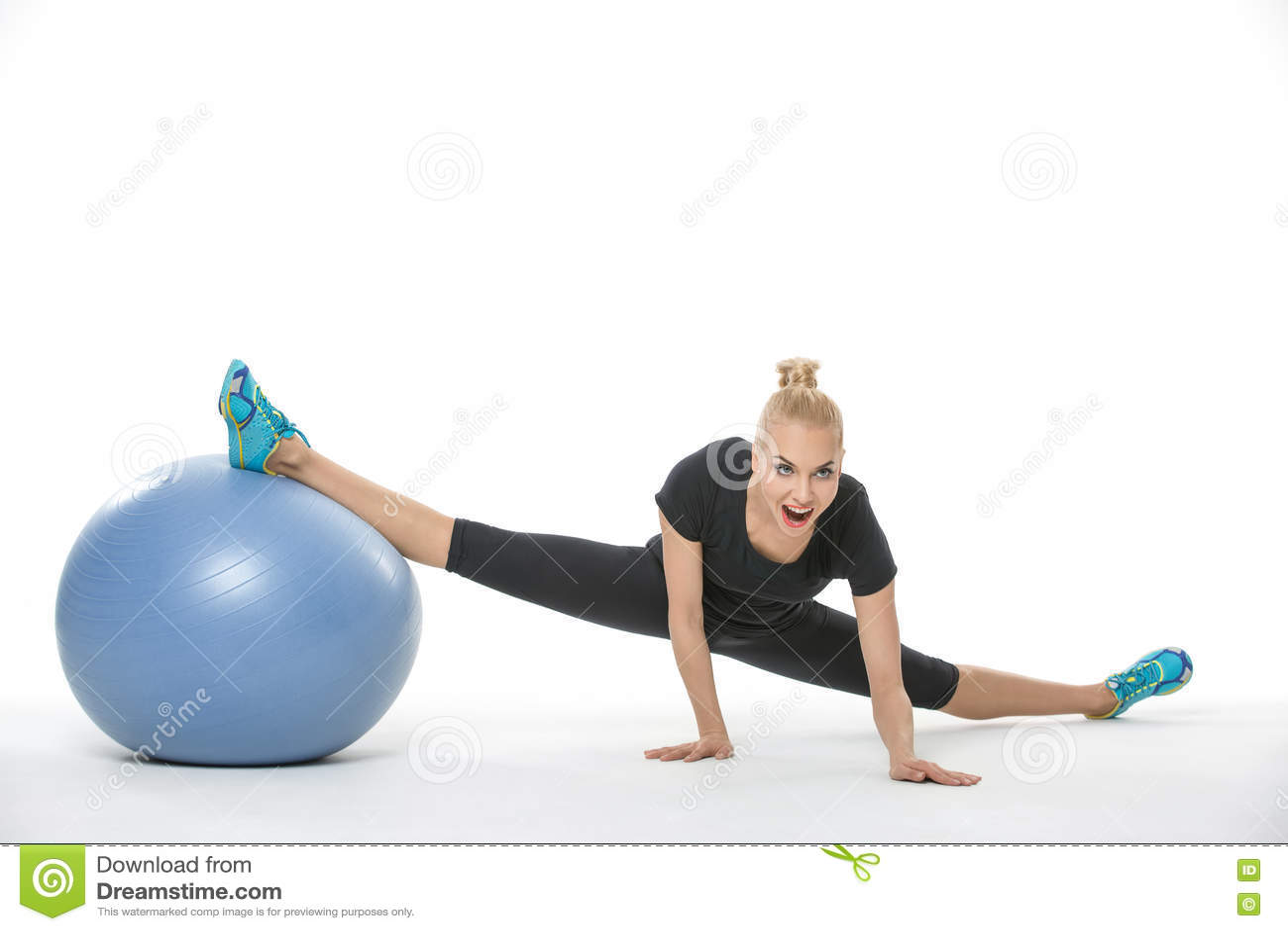 有fitball的体操运动员女孩