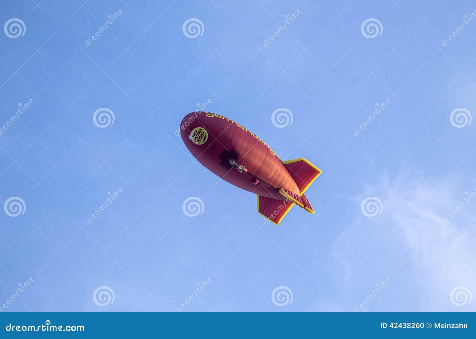有Germanwings略写法的软式小型飞艇