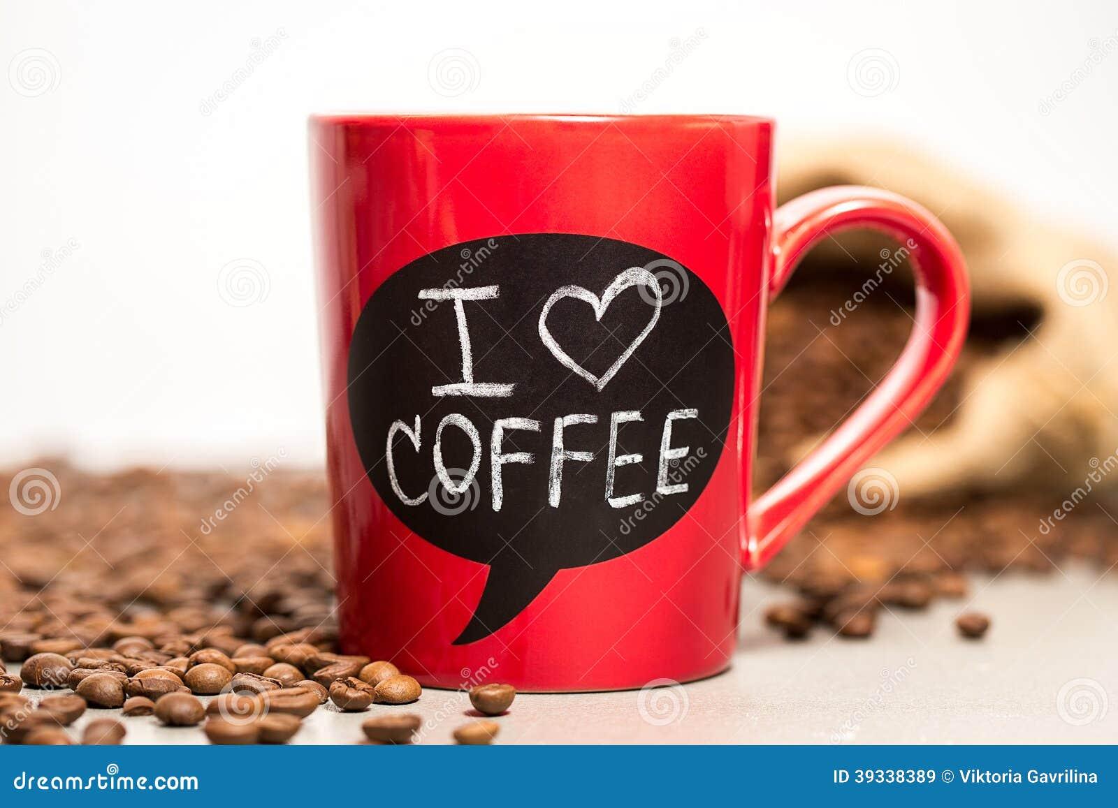 用_有i爱用白垩做的咖啡标志的红色陶瓷杯子.