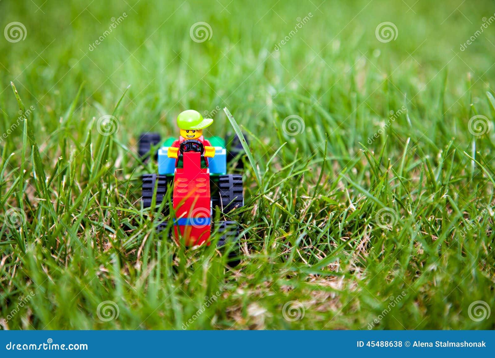 有lego司机的玩具lego拖拉机
