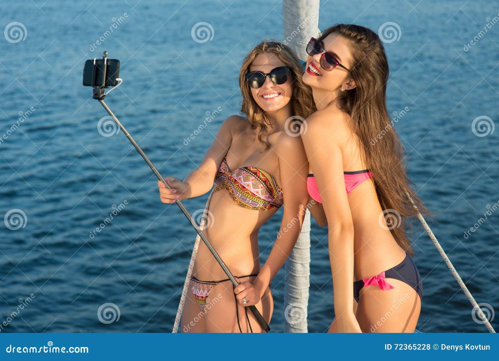有selfie棍子微笑的女孩