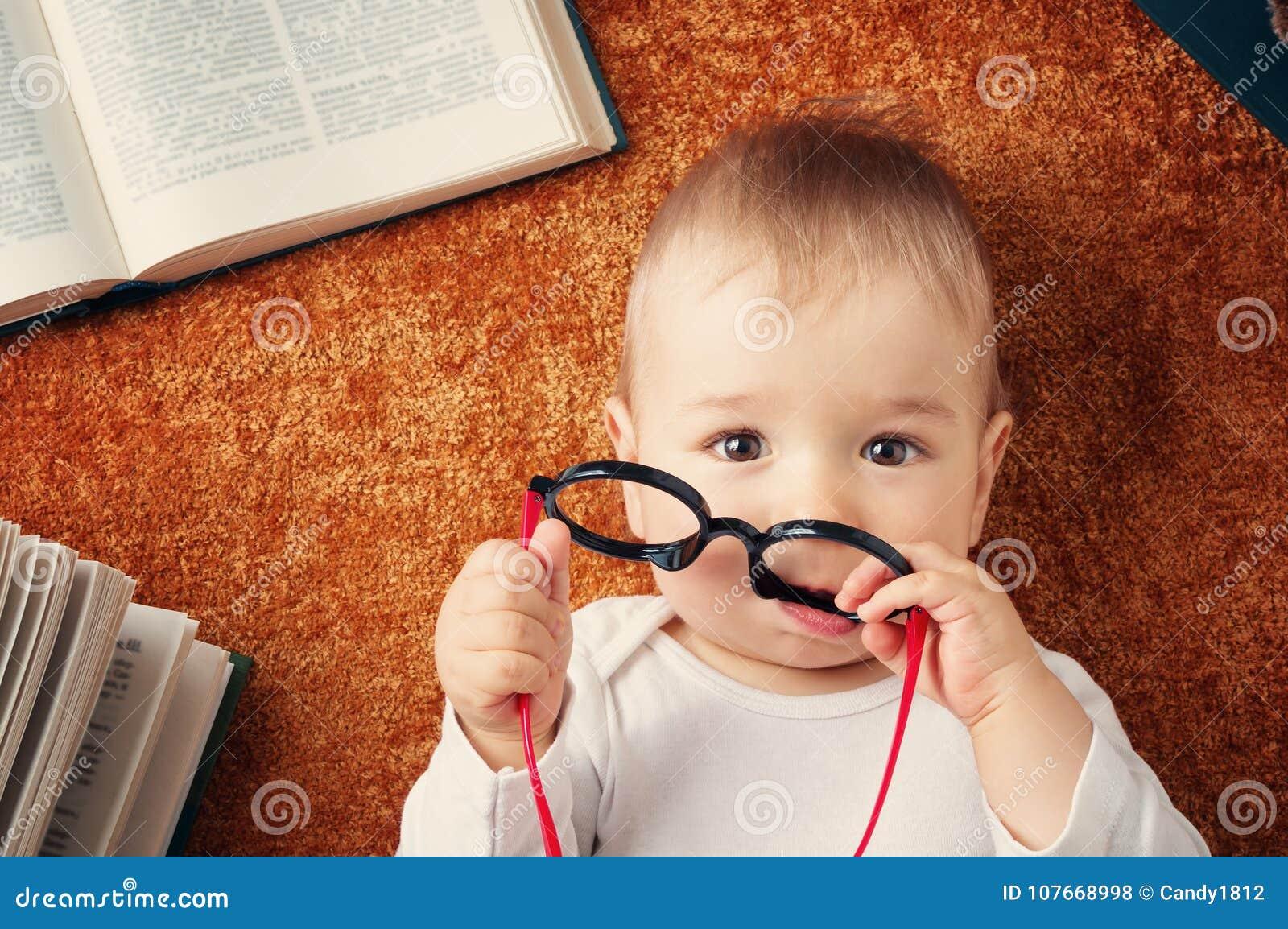 有spectackles和书的一个岁婴孩
