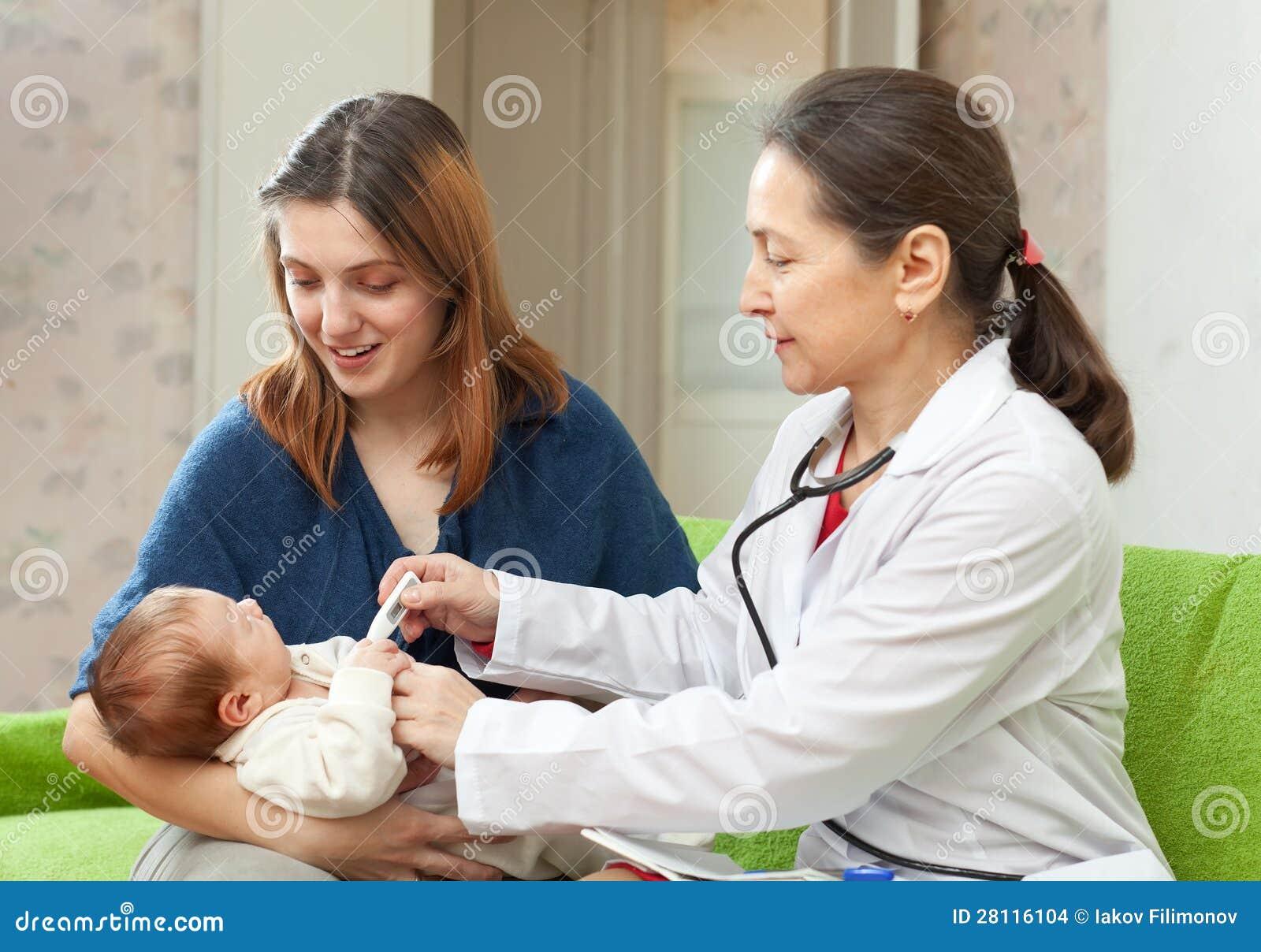 有thermomete的儿科医生检查的婴孩