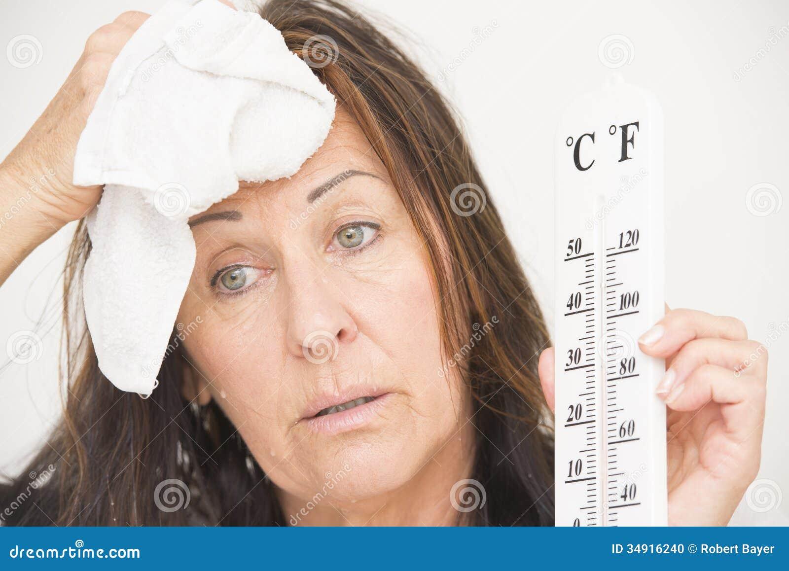 有thermometre和汗水的妇女