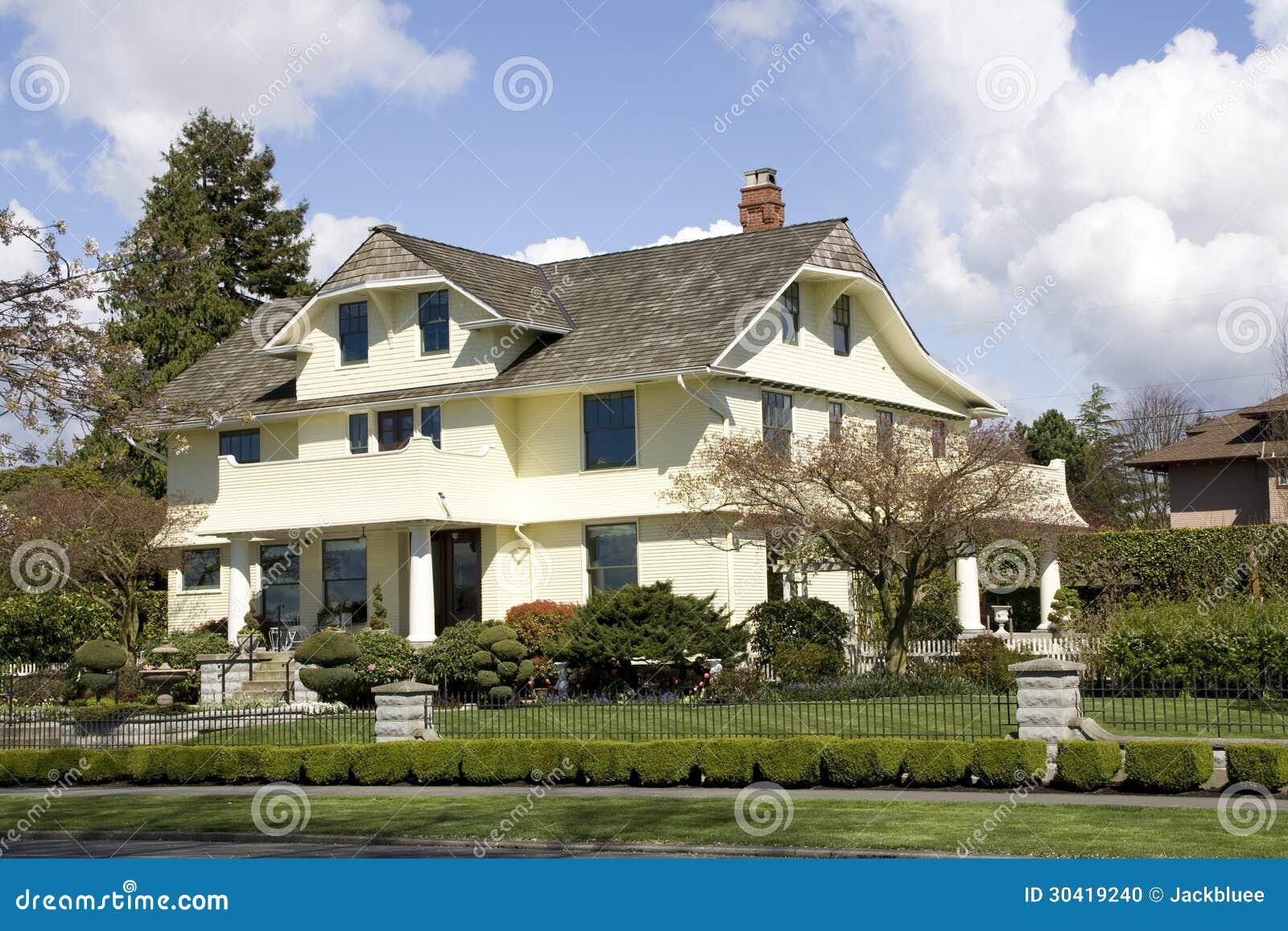 有traditinal设计的美丽的房子