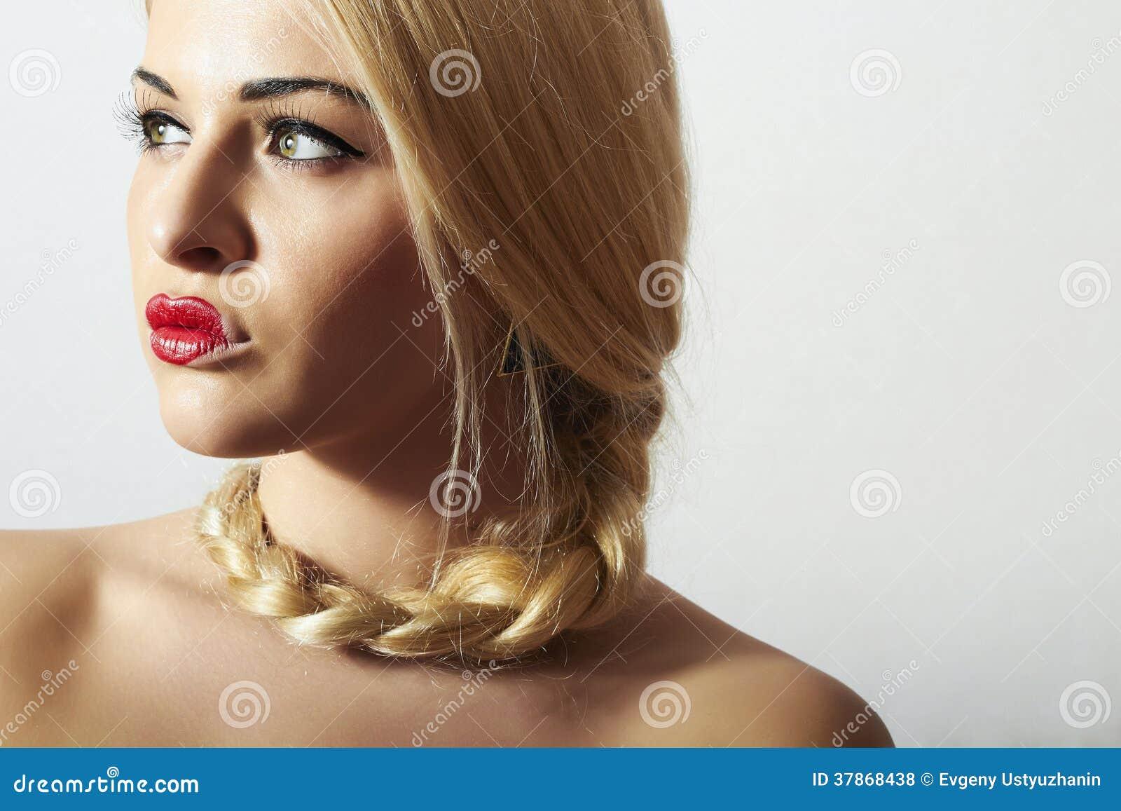 有Tress.Beauty红色性感的Lips.Valentines Day.Professional构成的美丽的白肤金发的妇女。有心脏的离经叛道之人的女孩在嘴唇