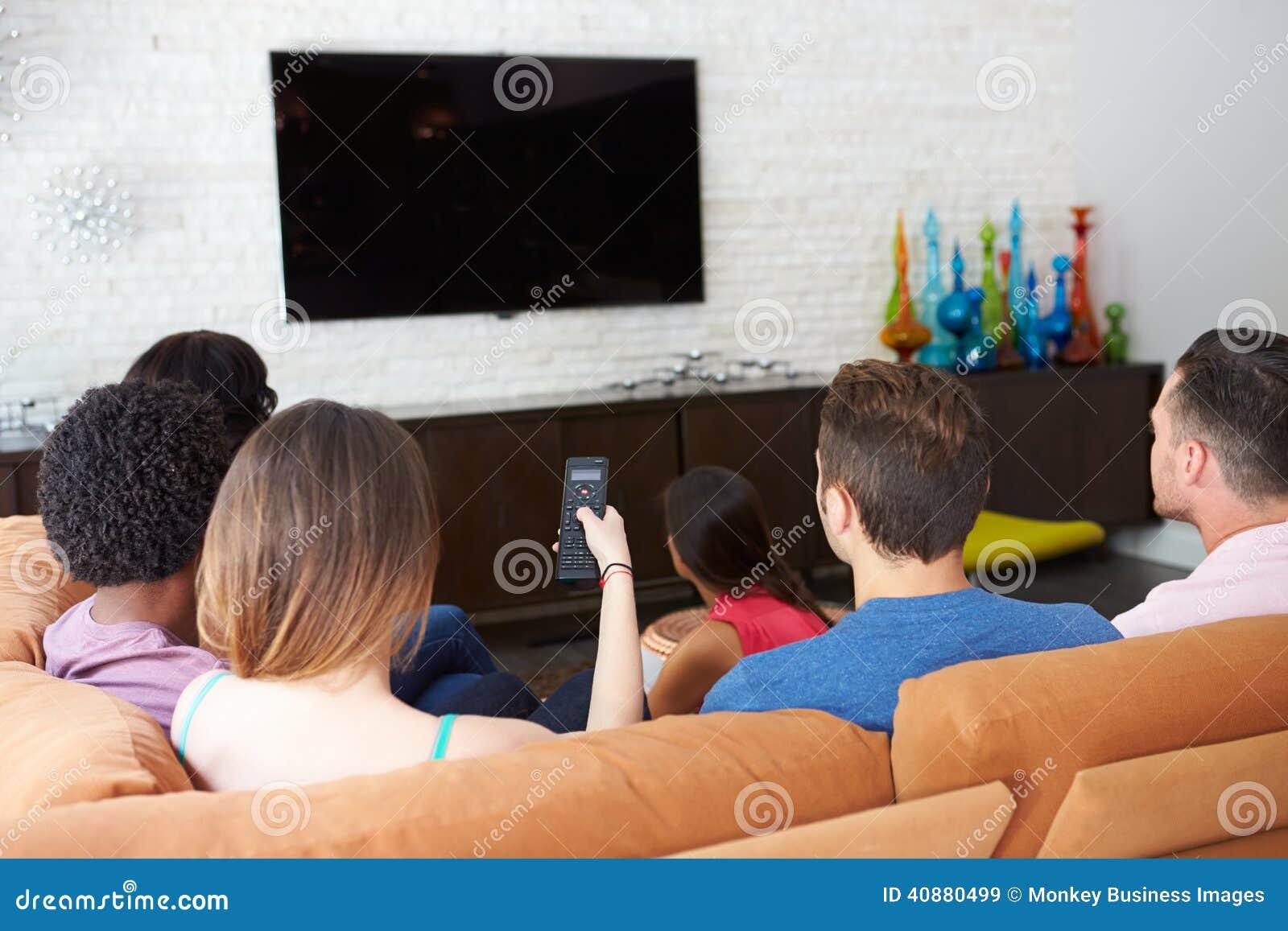 mr: yes pr: no 0 97 0 库存照片: 朋友坐沙发一起看电视的小组 id