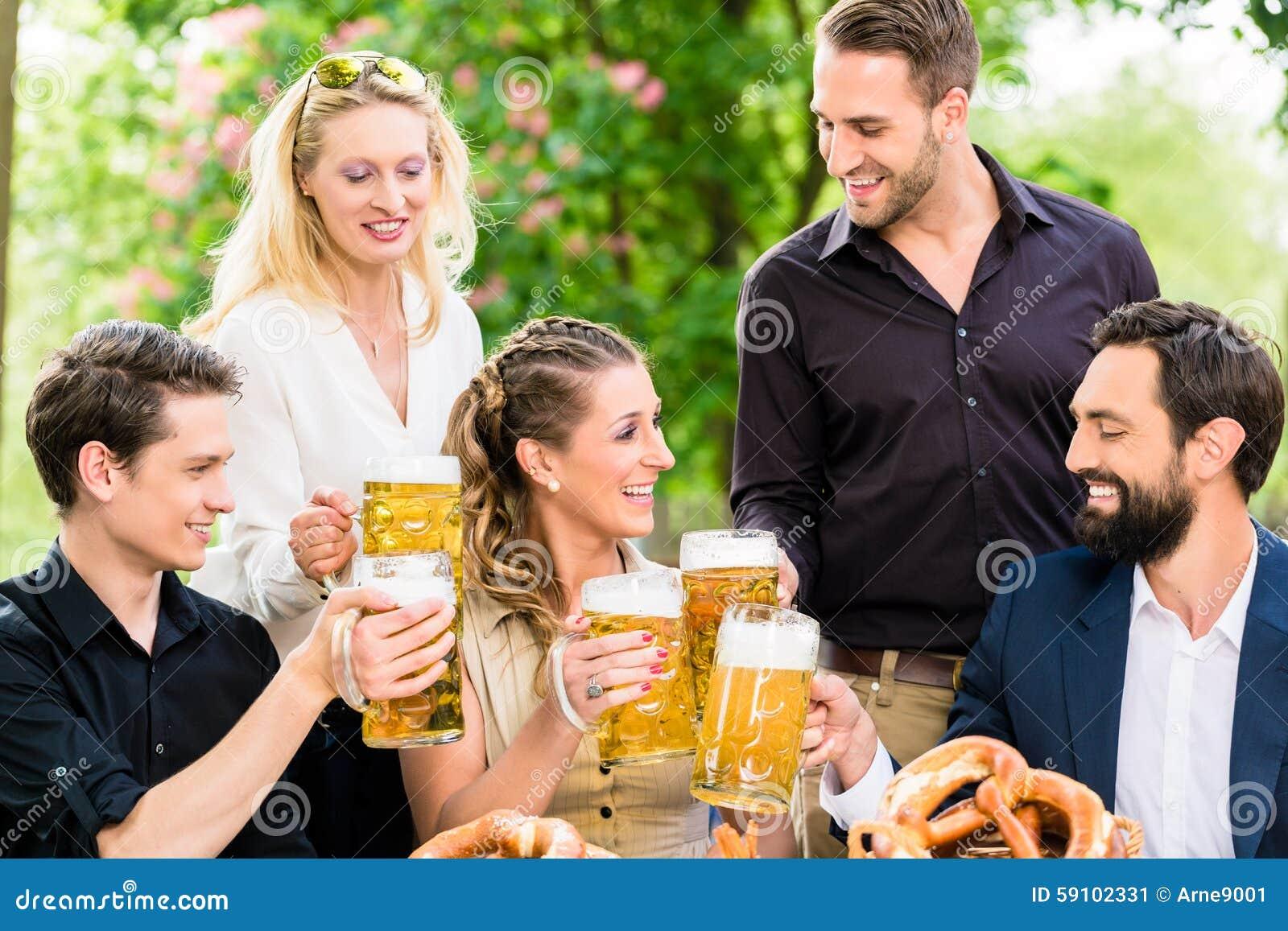 朋友或同事啤酒的在工作以后从事园艺