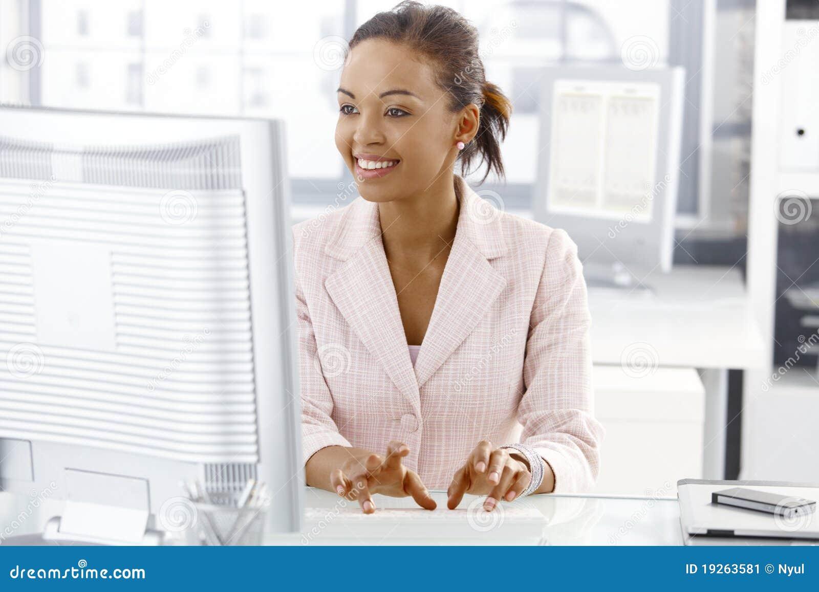 服务台女孩愉快的办公室工作者