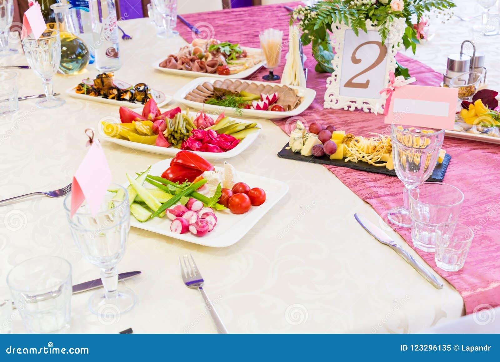 服务的桌在宴会的餐馆 快餐和纤巧在自助餐