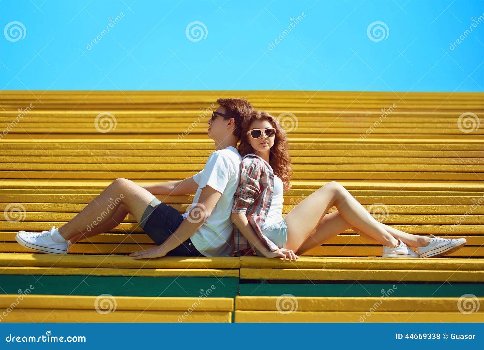 晴朗的夏天画象时髦的年轻凉快的夫妇十几岁休息