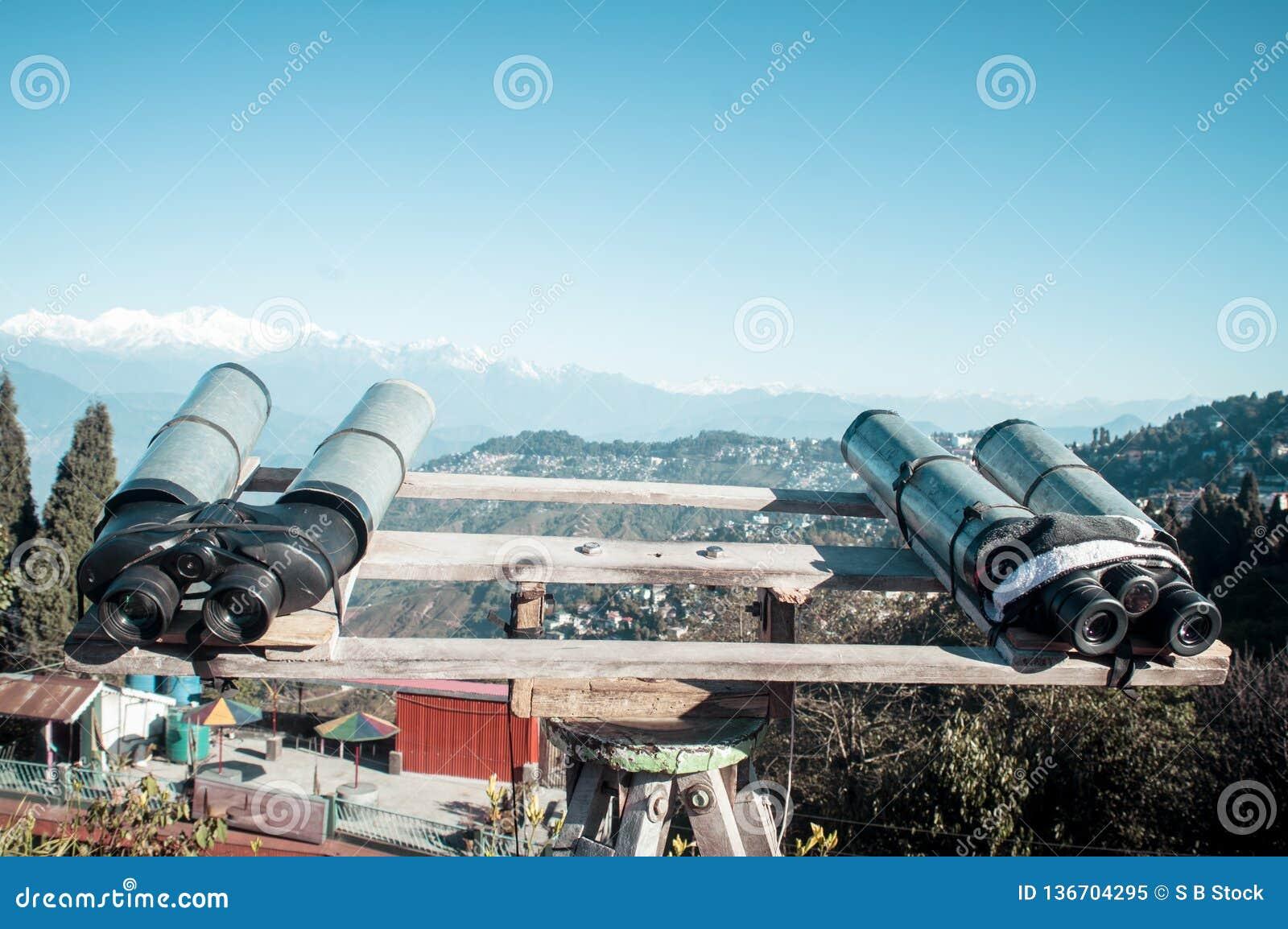 望远镜,双筒望远镜,野外镜登上为了观察者能扩大化双目视觉看Kanchenjunga,珠穆琅玛,安纳布尔纳峰
