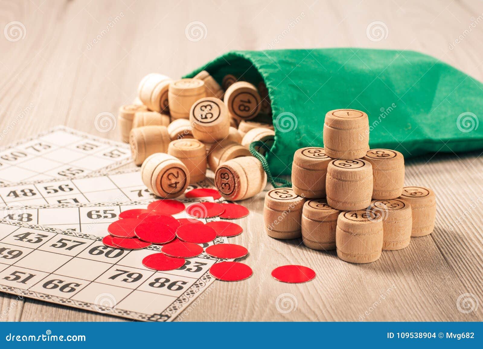 木乐透纸牌滚磨与袋子、芯片和游戏卡比赛的我