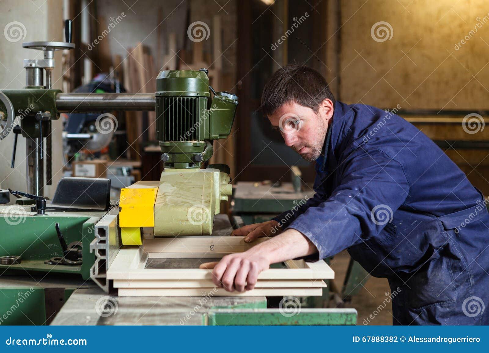 木匠人与tablesaw一起使用在车间