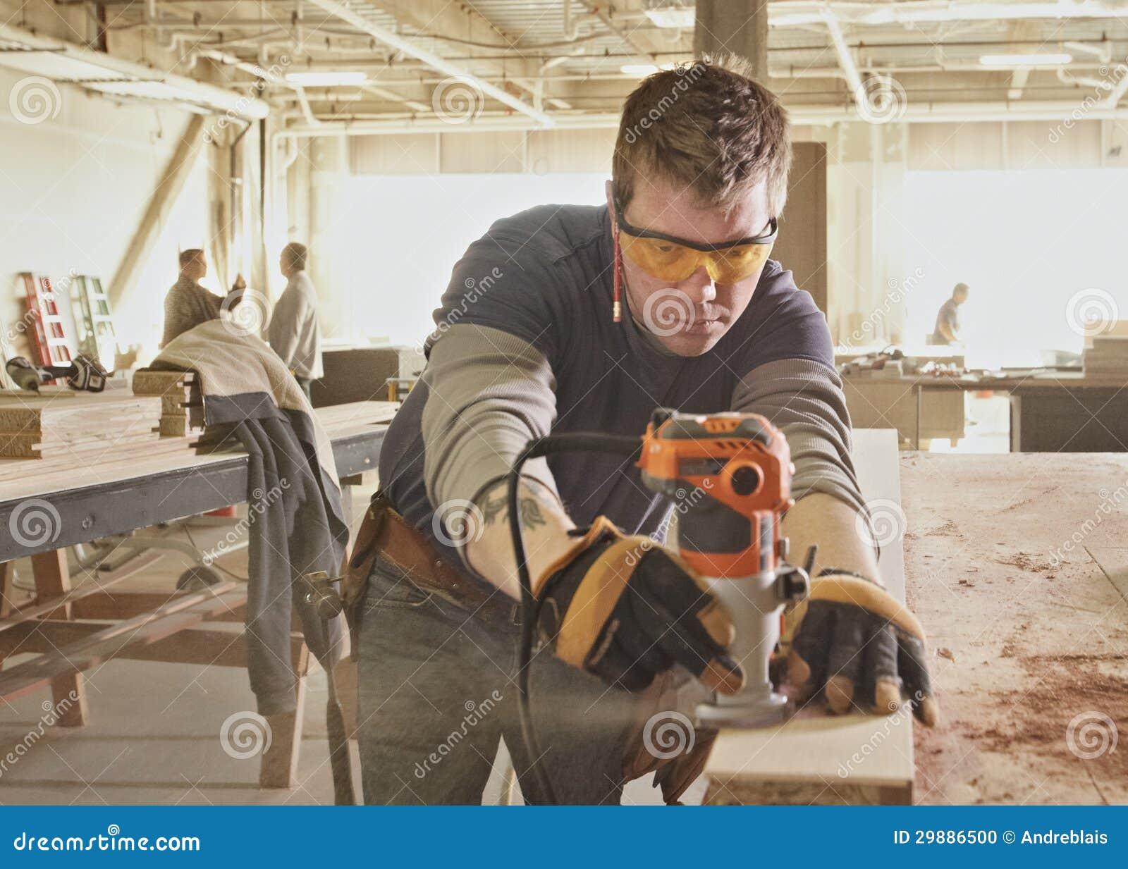 男人梦到自己做木匠