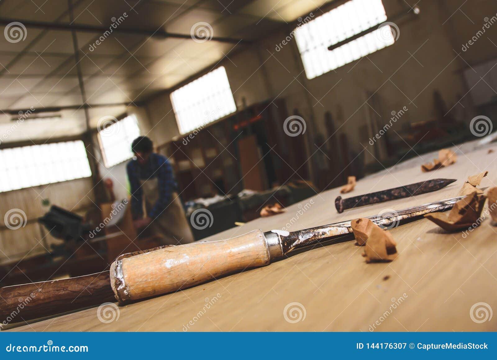 木匠工具 凿子或蛾眉凿木头的在工作在工作凳的木匠 木匠业车间