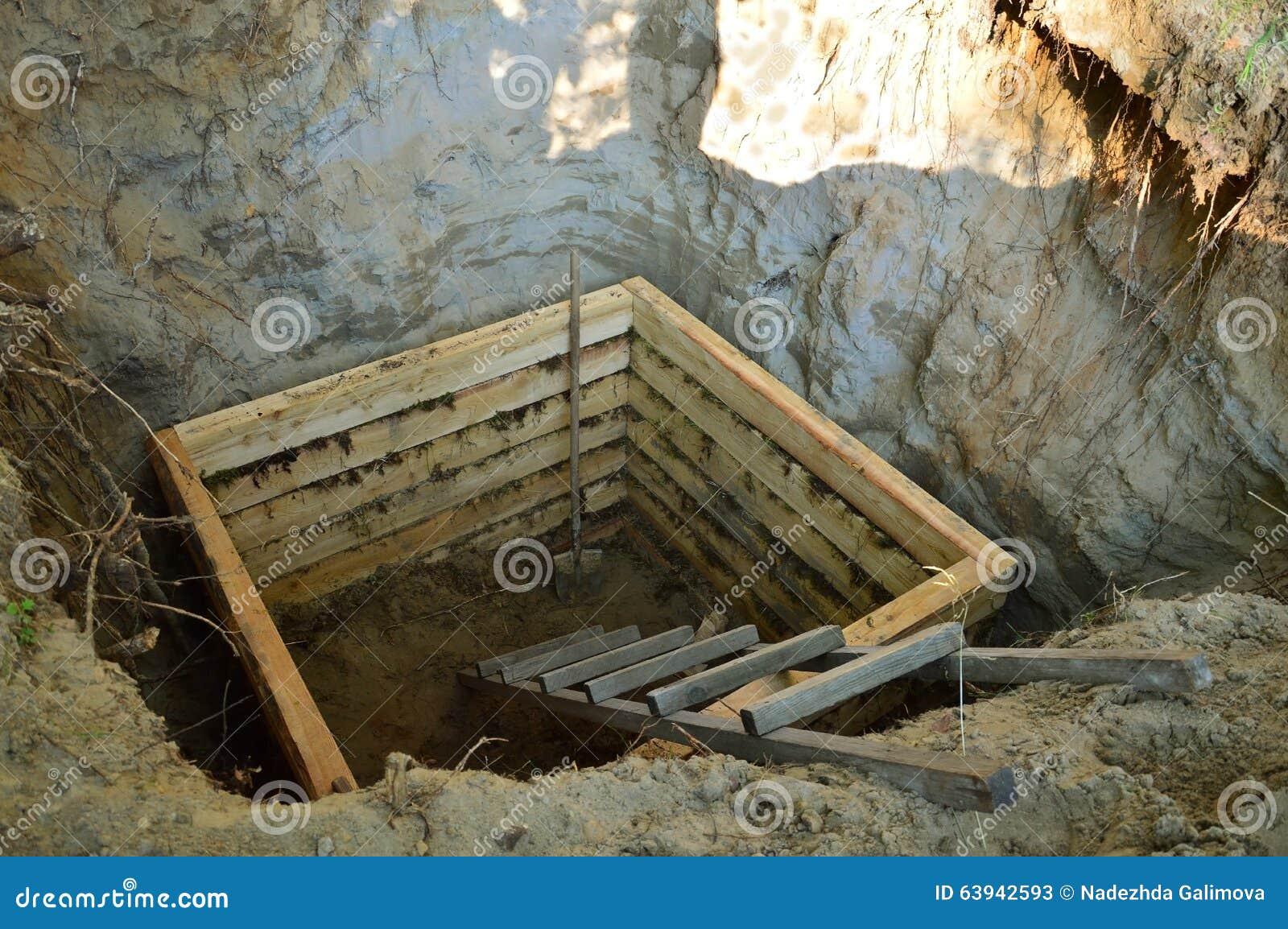 木地下室的建筑在被挖掘的坑的