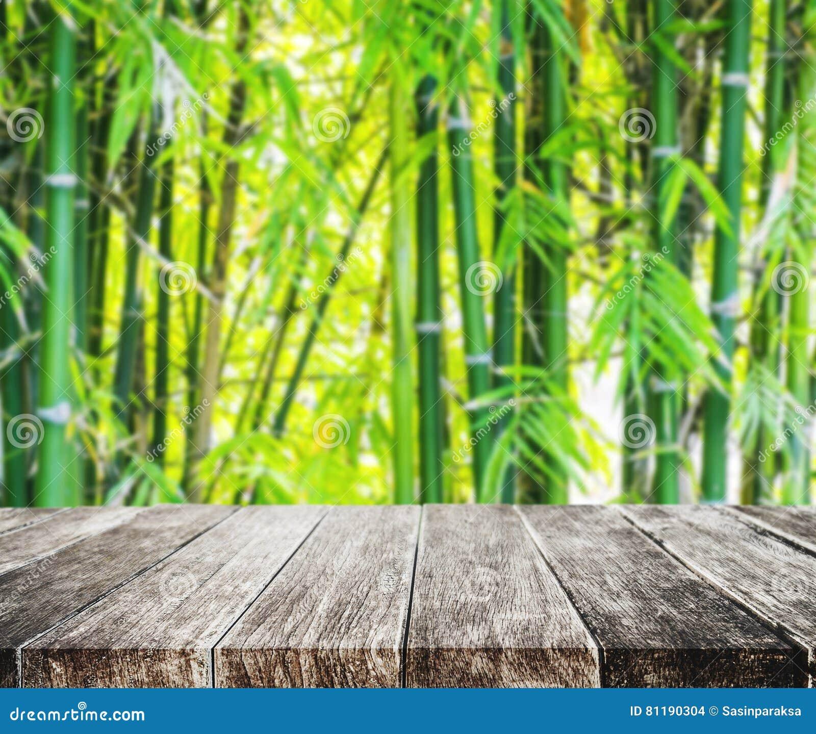 木平台和亚洲竹森林有早晨阳光的