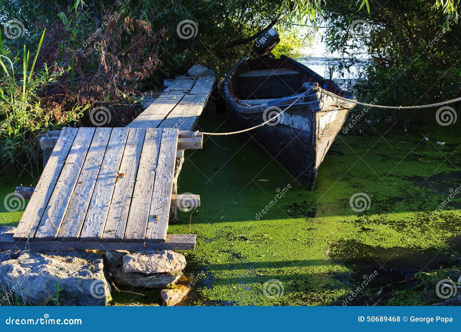 Download 木浮船和传统小船 库存照片. 图片 包括有 棍子, 多瑙河, 小船, 芦苇, 用车床加工, 运输, 路径 - 50689468