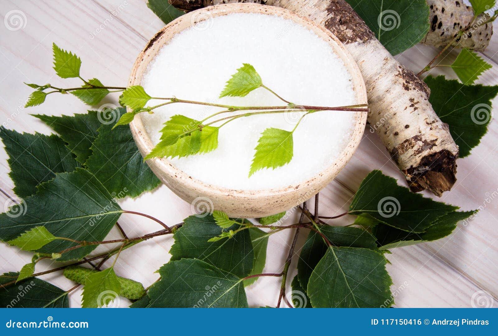 木糖醇-糖替补 在白色木背景的桦树糖