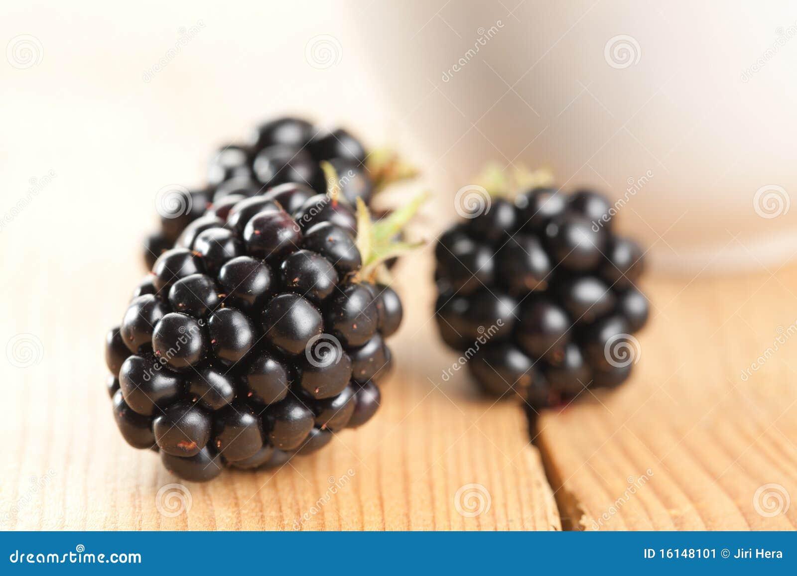 木背景的黑莓