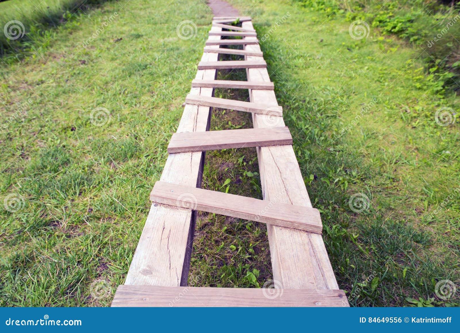 从木被锤击的委员会的道路