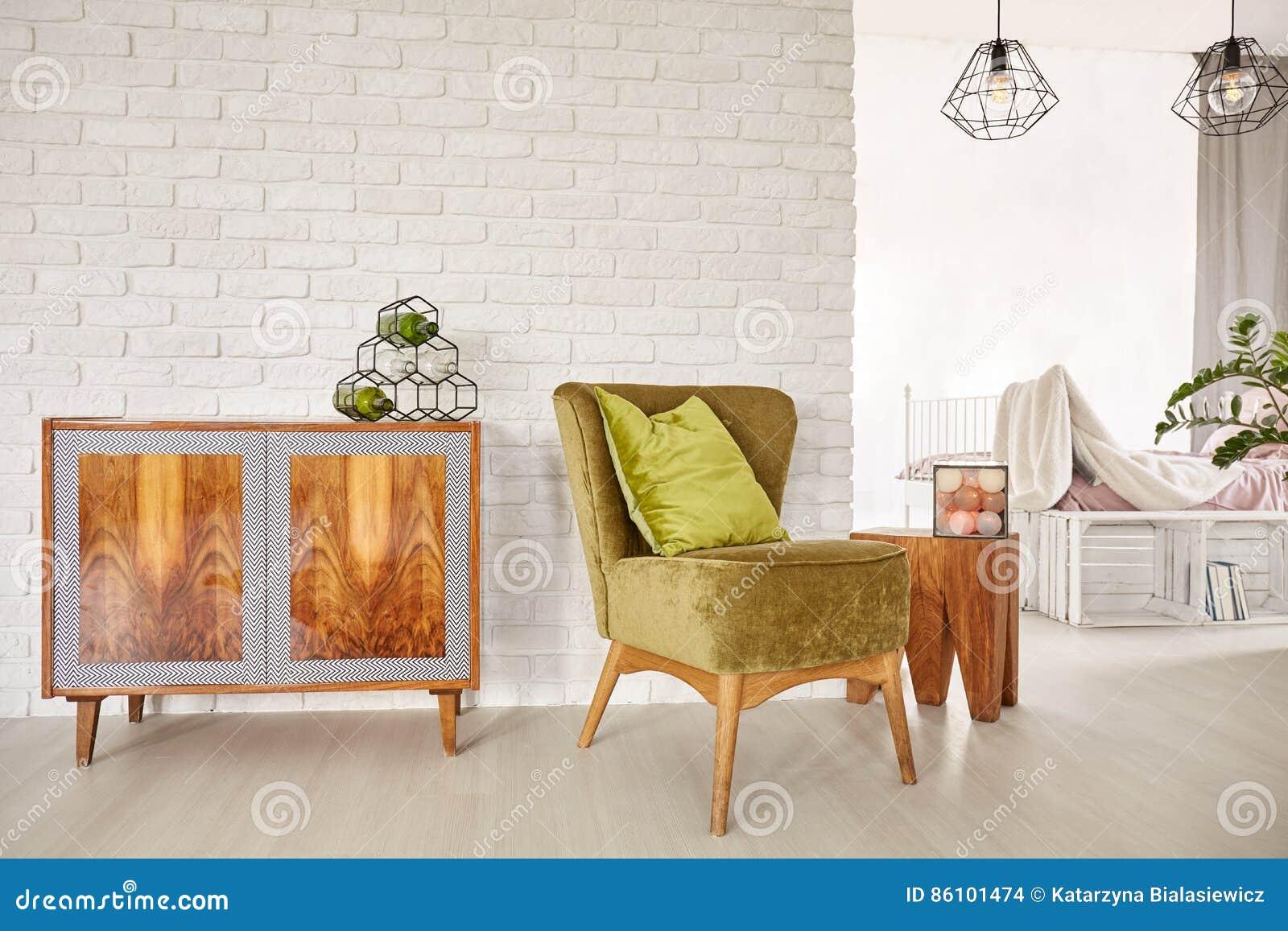 木洗脸台和扶手椅子