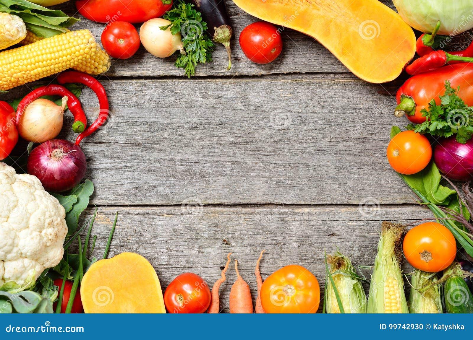 未加工的有机套在木背景的新鲜蔬菜 从庭院的秋天收获