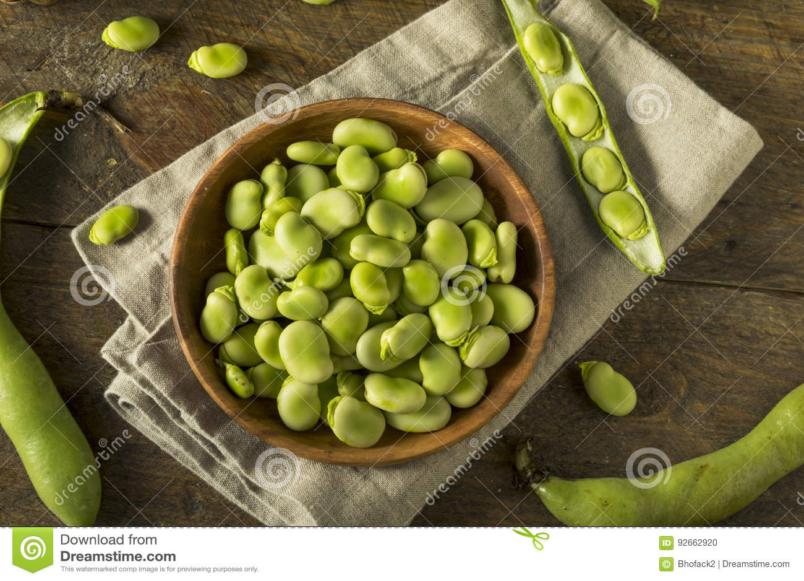 未加工的有机新鲜的绿色蚕豆