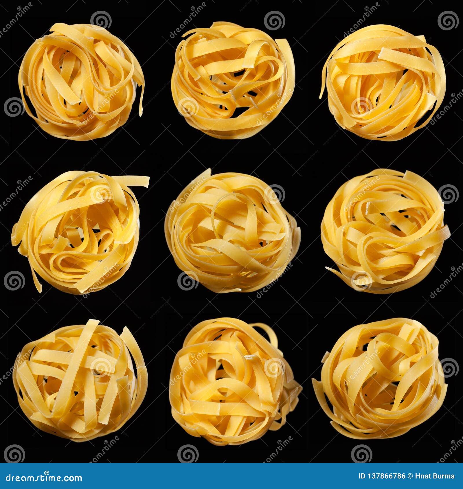 未加工的未煮过的tagliatelle巢马赛克在黑背景的 顶视图 传统意大利的意大利面食