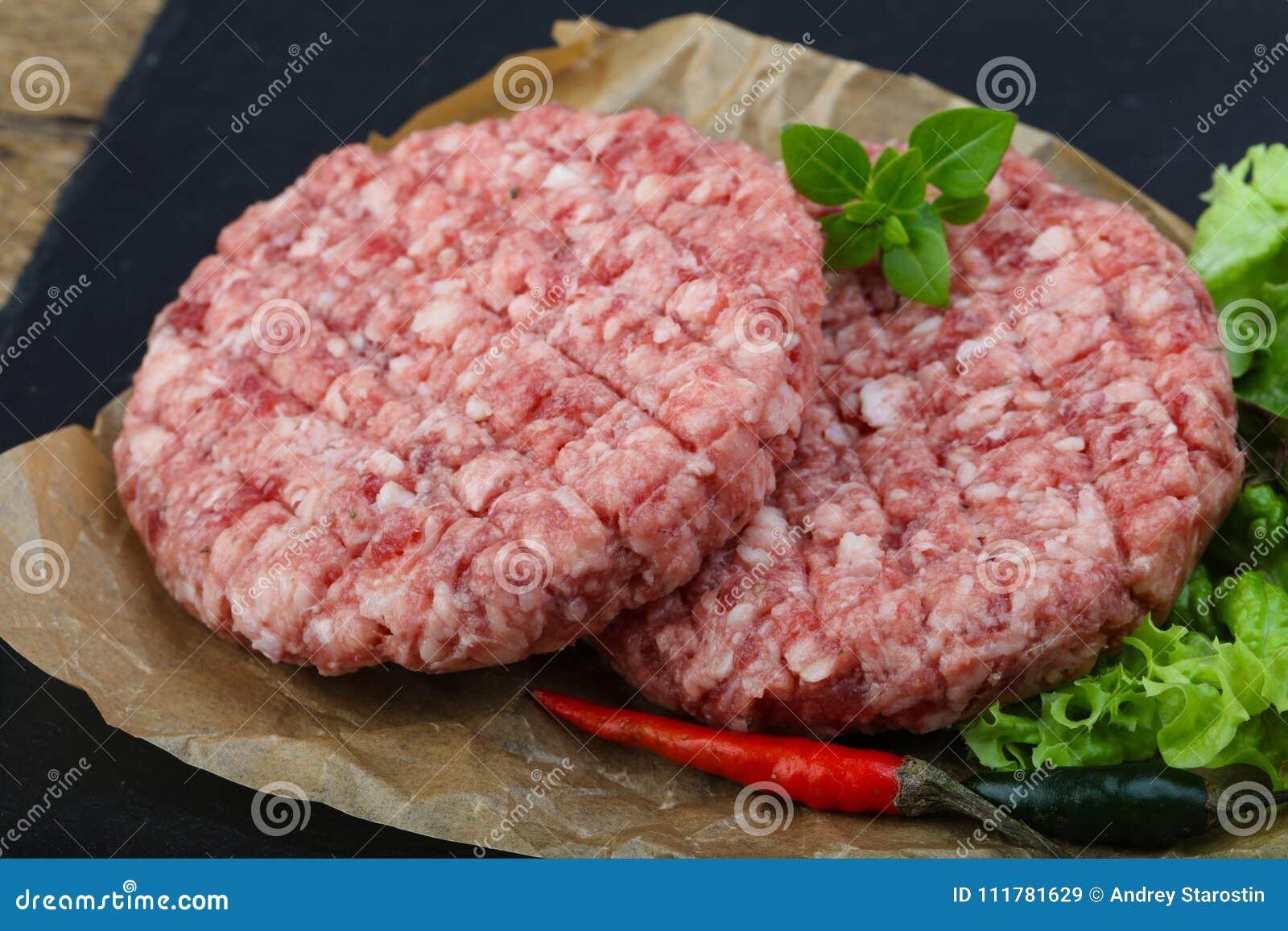 未加工的汉堡炸肉排