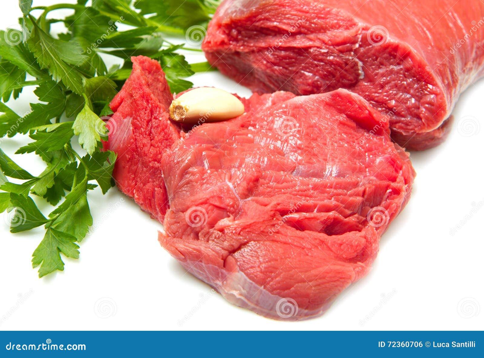 未加工的牛肉用在白色和蕃茄-隔绝的荷兰芹
