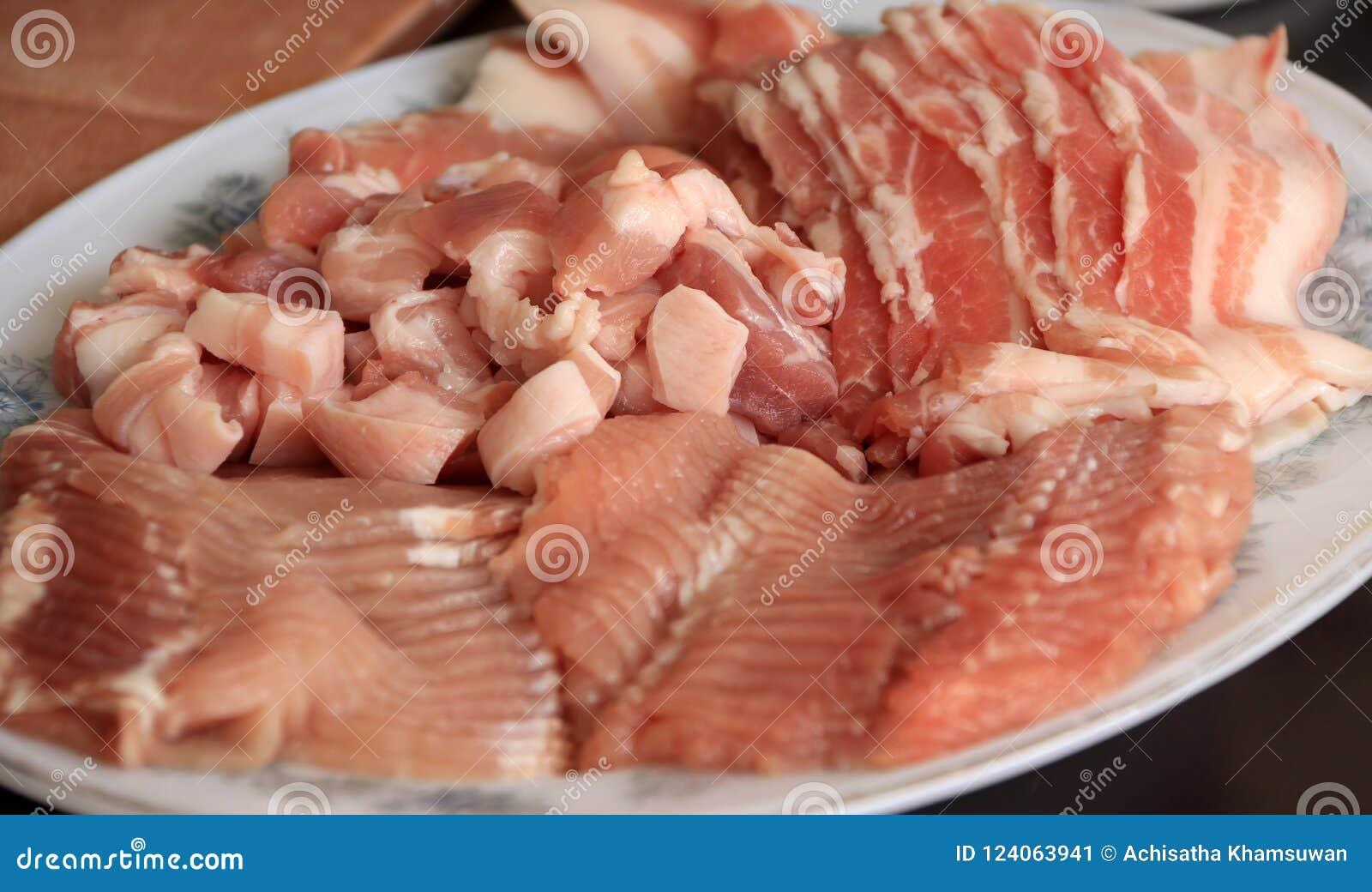 未加工的猪肉切片成在盘的片断 包括烟肉、肉和斑斑猪肉