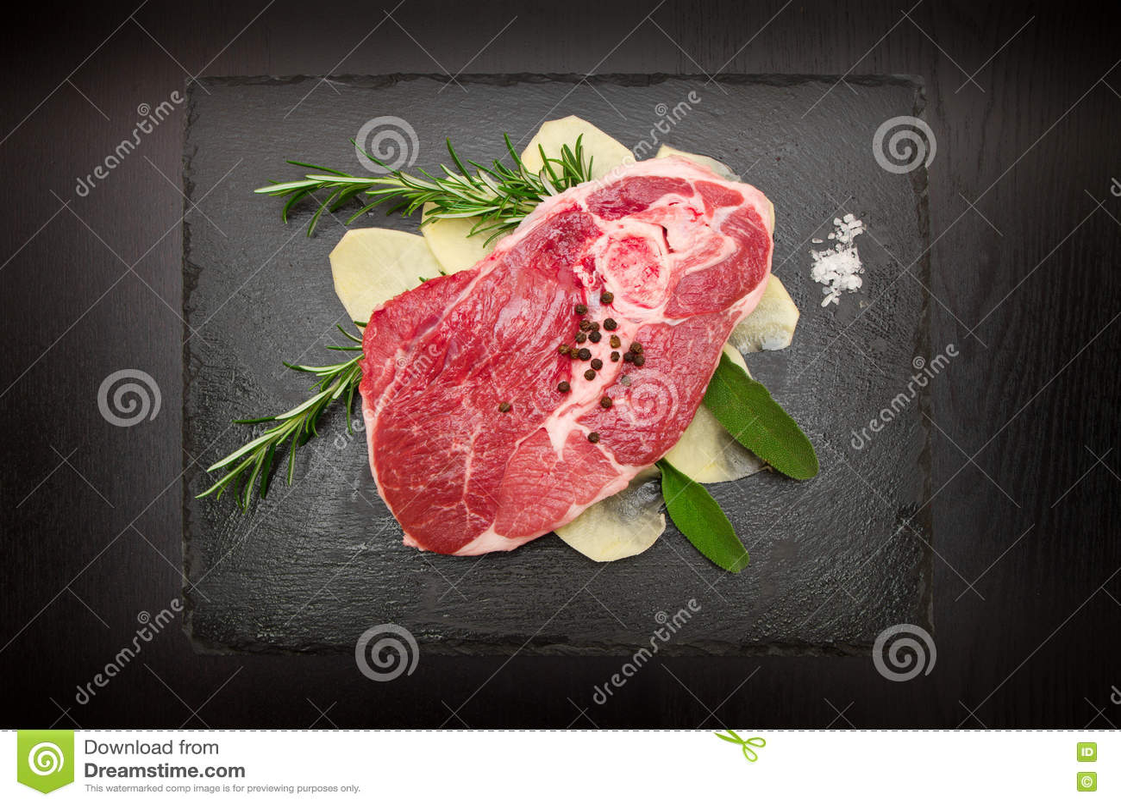 未加工的羊羔用土豆和迷迭香和贤哲