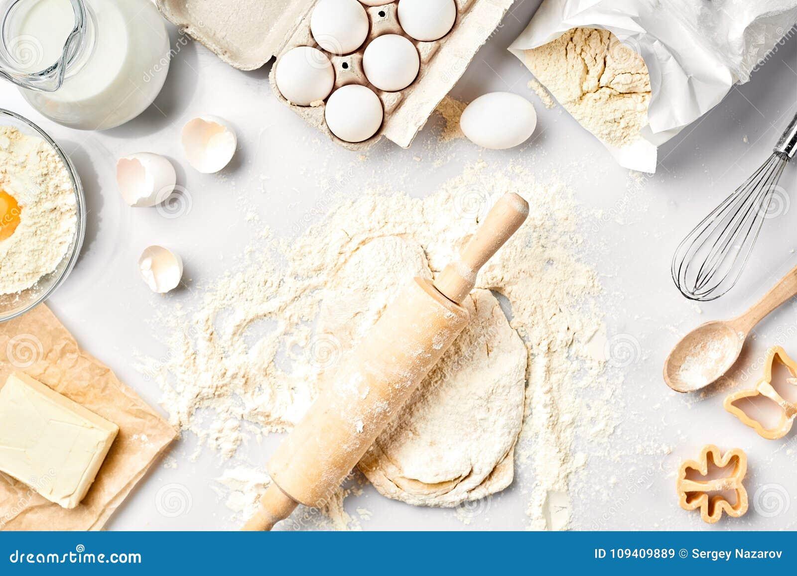 未加工的面团准备好揉在白色桌上 面包店成份,鸡蛋,面粉,黄油 做的曲奇饼形状