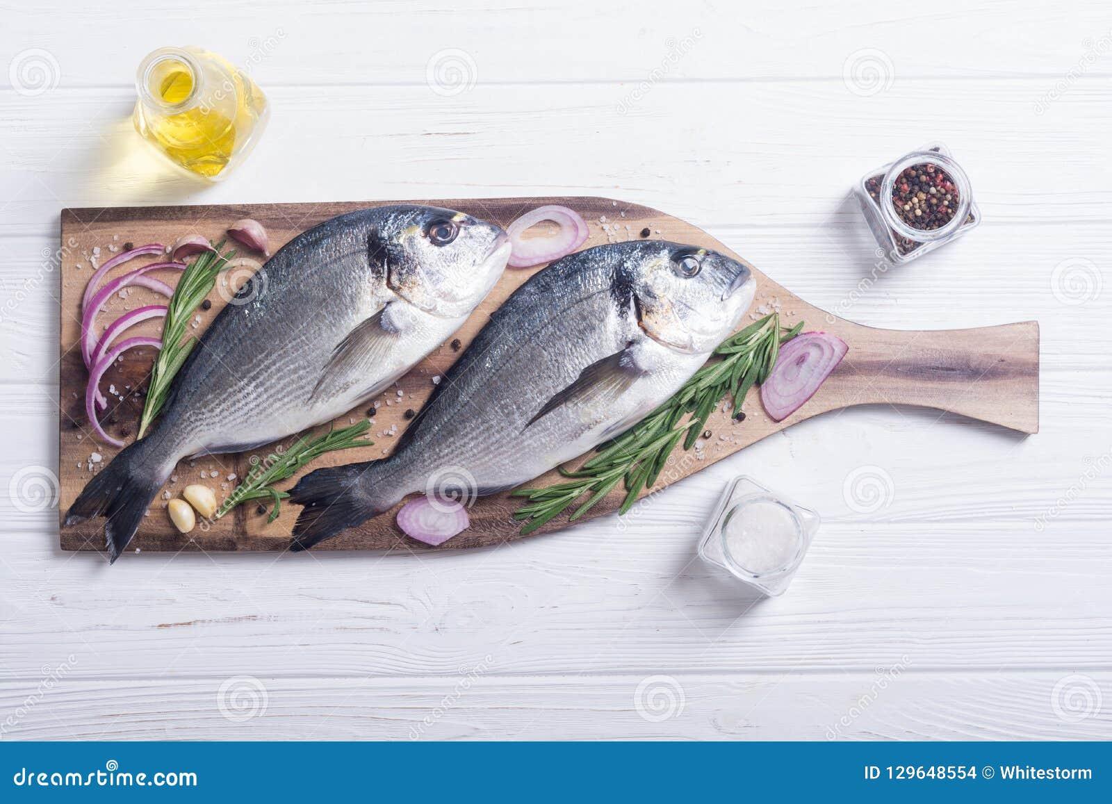 未加工dorado鱼和ingridient为烹调