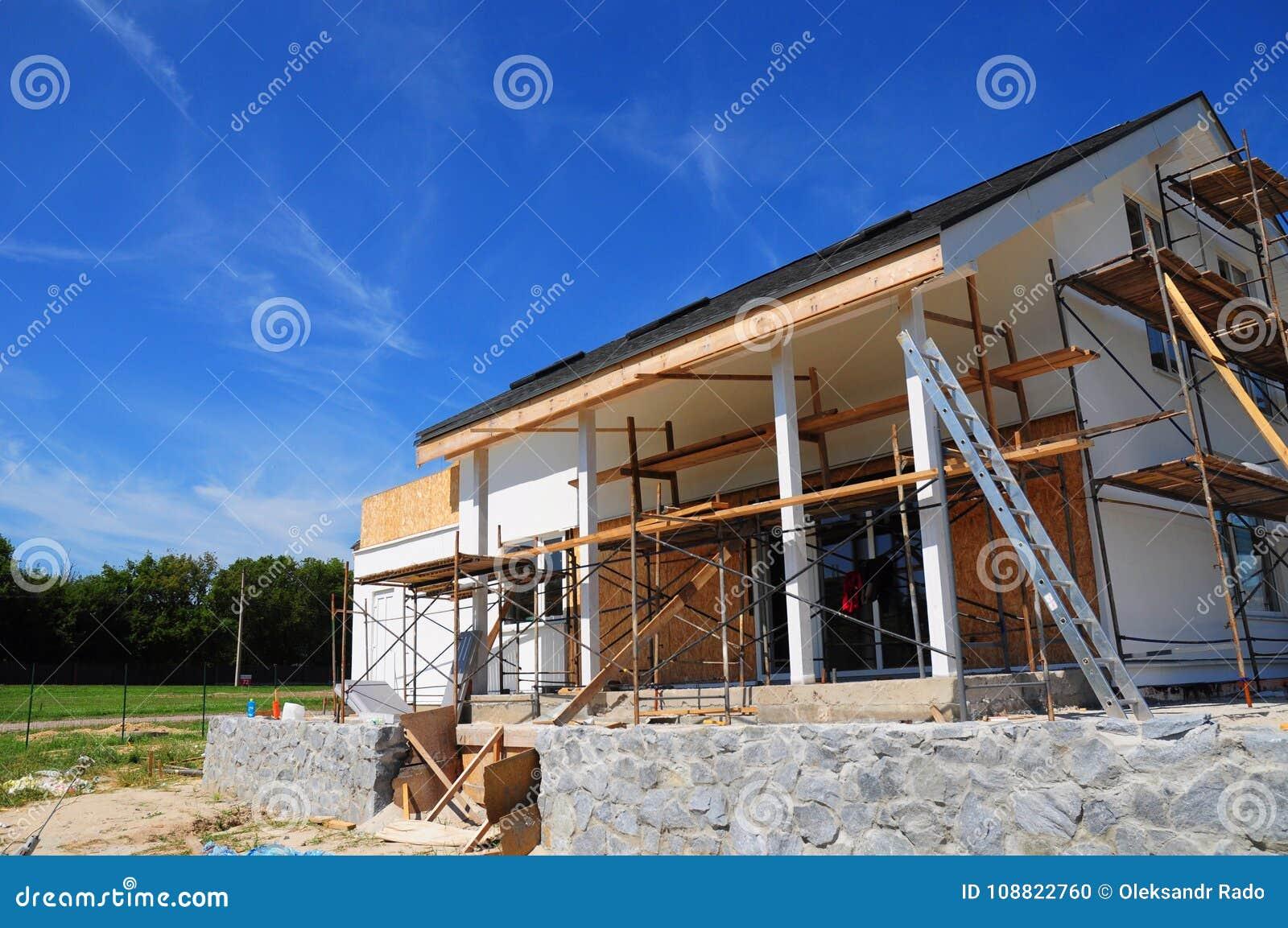 未完成的房子 家庭改造和整修 绘画有灰泥和涂灰泥的房子墙壁 绝缘材料议院墙壁